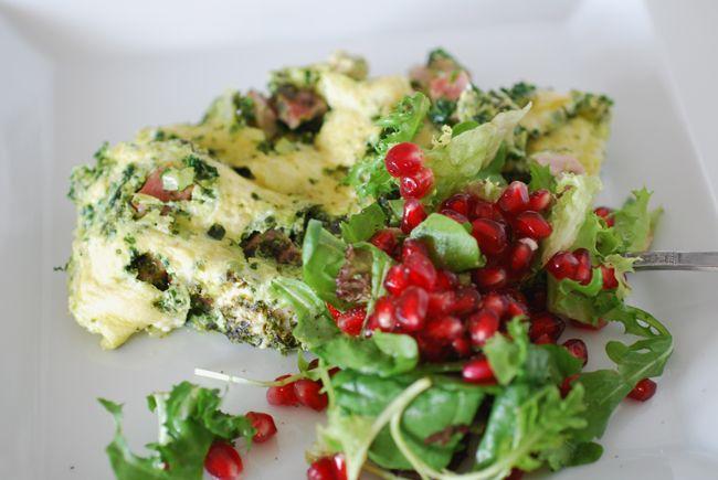 Fryst grönkål är en favoritprodukt i mitt kök just nu. Den används flitigt i allt ifrån smoothies, gratänger, pajer, soppor och som i detta fall – i omelett. Detta är den perfekta snabbmaten …