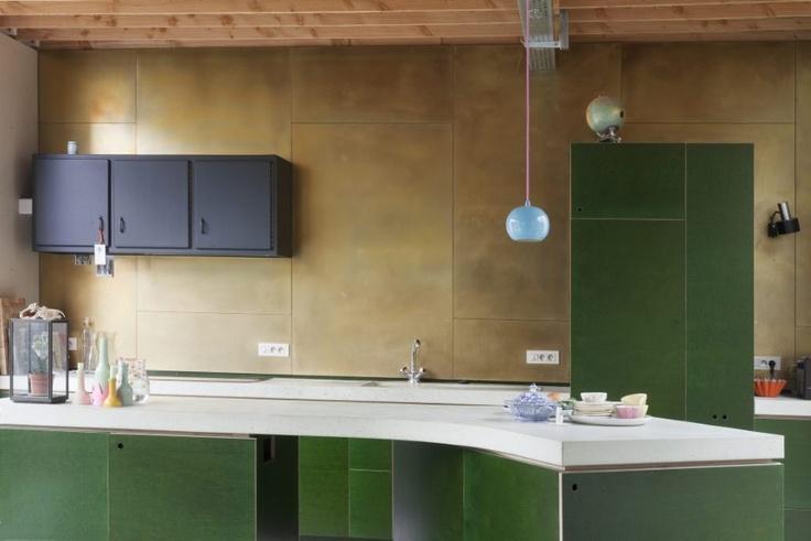 De keukenkasten zijn gemaakt van een materiaal dat normaal wordt gebruikt voor de bouw van aanhangwagens. 'eenvoudige groene betonplexplaten.   De keukenwerkbladen zijn ter plekke gegoten in beton met een groen pigment erin. 'De architecten zijn zelf het beton komen maken en hebben de werkbladen eigenhandig gepolijst. '    De keukenwand is volledig bekleed met messing. De metaallegering heeft een gouden gloed en leeft en verandert, net als de betonnen werkbladen.