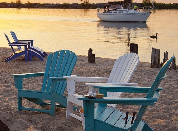 Er gehört einfach zum American way of life - der Adirondack Chair.    'South Beach' - ein besonders schönes und bequemes Modell - allein der Name weckt Sehnsucht und Fernweh.    Unglaublich, dass dieser Stuhl in Anbetracht seiner absolut natürlich aussehenden, holzartig strukturierten Oberfläche ganz und gar umweltfreundlich aus recyceltem Kunststoff hergestellt wird - und zwar in den USA !    Erhältlich bei CASA BRUNO AMERICAN HOME DECOR