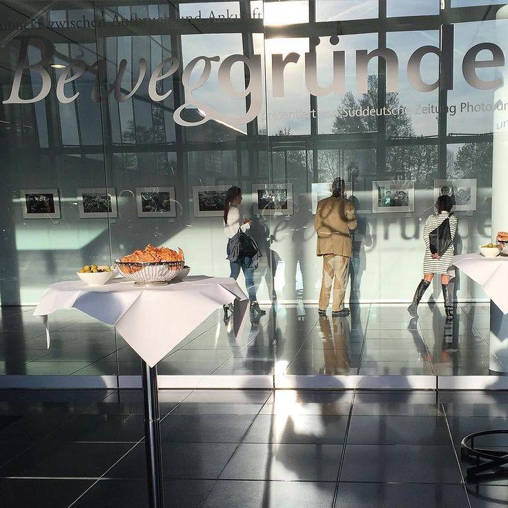 """Vernissage der Fotoausstellung """"Beweggründe"""" im SZ Hochhaus. Opening of the photo exhibition #beweggründe #münchen #munich #muenchen #verlag #ullsteinbild #sueddeutschezeitung #art #photo #ausstellung #vernissage #opening #lichtschatten"""