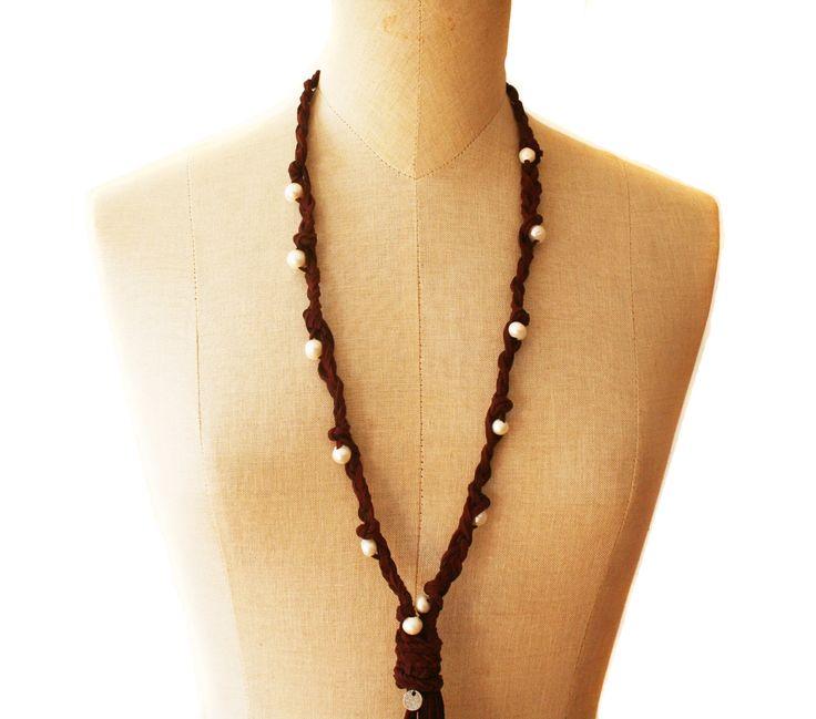 Collar de ante y perlas. Un collar único, diseñado con el corazón y nacido cautivar.  www.lanadepez.com