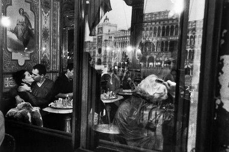 Bacio a Venezia di Gianni Berengo Gardin.