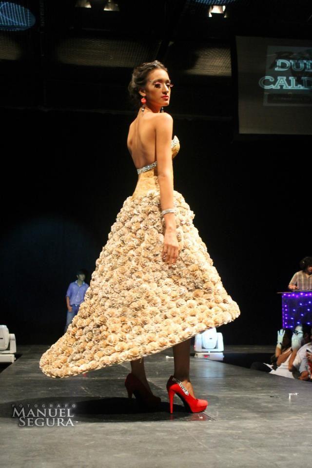 vestido de papel reciclado y pintado con café por Yotam Aram