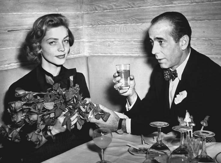 パリ(Paris)で開かれたカクテルパーティーに出席する女優ローレン・バコール(Lauren Bacal)さん(左)と夫で俳優のハンフリー・ボガート(Humphrey Bogart)さん(1951年3月25日撮影)。(c)AFP ▼13Aug2014AFP|米女優ローレン・バコールさん死去、ハリウッド黄金期に活躍 http://www.afpbb.com/articles/-/3022962 #Lauren_Bacal
