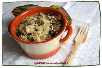Pasta al forno con carciofi e salsiccia al vino rosso