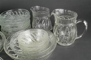 Fyns Glasværk, Skjold, bestående af: Kander, skåle, fade, isasietter m.m. af klart glas. (38)