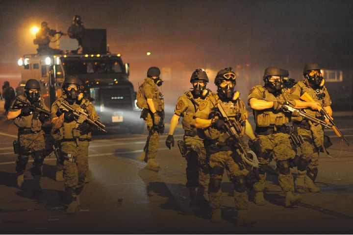 Les manifestations se poursuivent à Ferguson après la mort de Michael Brown, adolescent noir abattu par un policier le 9 août dernier, alors que la garde nationale vient d'être mobilisée pour les réprimer. L'opinion publique prend la mesure d'une réalité...