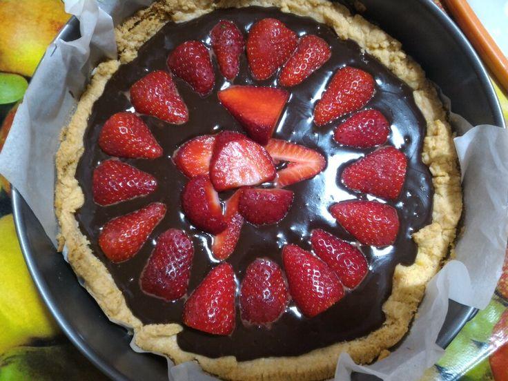 Crostata con ganache al cioccolato al latte e fondente e fragole. Ricetta Chocolate, strawberry