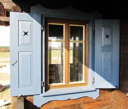 Ozdobne okiennice domu z bala