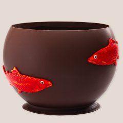 Aquarium en chocolat noir 68%, garni d'un assortiment de fritures pralinés et de poissons guimauves. Jean-Paul Hévin chocolatier.