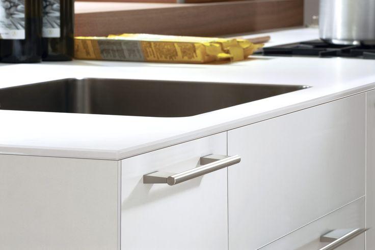 bulthaup - b3 keuken - een extra weekbladvariant vormen de voegloze laminaat werkbladen die uit één stuk ijken te zijn gemaakt. Er is een hoogwaardige vorm van laminaat gebruikt voor vlakken en randen, doorgeleerd voor ultieme homogeniteit. De randen van de werkbladen zijn gemaakt van robuust laminaat en kunnen ook met randen van 3 mm dik aluminium worden geleverd
