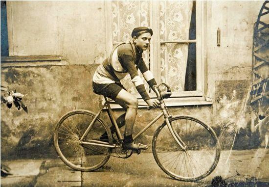 1917: Erinnerung an einen in der Schweiz internierten Radrennfahrer    Souvenir d'un Interné, 30 Aout 1917 [RADRENNFAHRER mit zwei Reserveschläuchen um den Hals]
