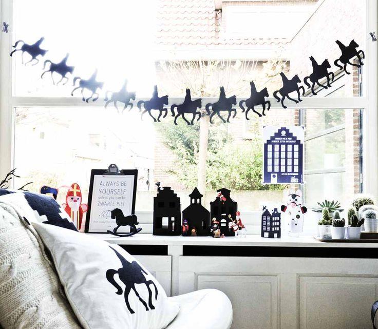 #Sinterklaas styling met kussen, slingers, huisjes, playmobil en een hobbelpaardje