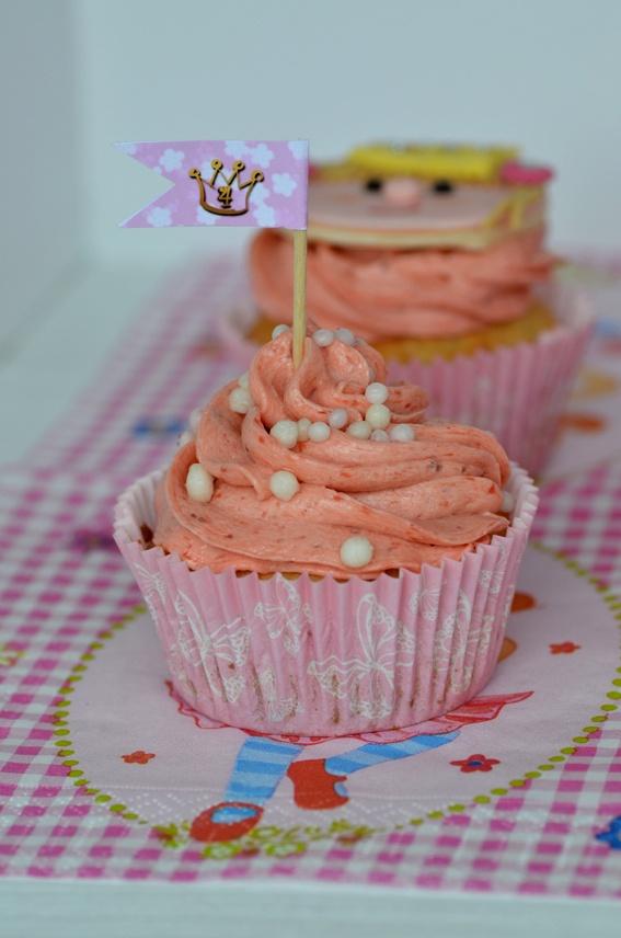 Kokos-Cupcakes mit Erdbeer-Buttercreme