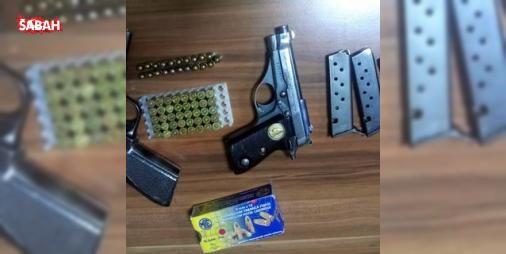 Kayseri'de ruhsatsız silah operasyonu; 4 gözaltı: KAYSERİ'de polisin yaptığı operasyonda, bir evin deposunda, çanta içerisinde ruhsatsız 2 tabanca ve 4 şarjör ele geçirildi, 4 kişi gözaltına alındı. Kaçakçılık ve Organize Suçlarla Mücadele Şube Müdürlüğü...