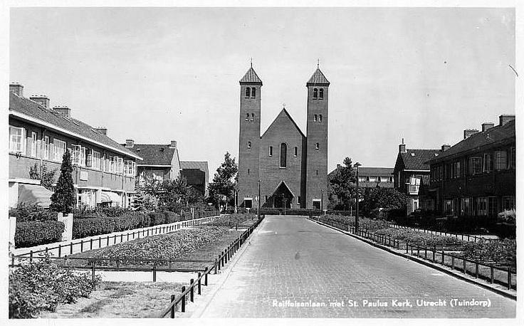 Tuindorp 1938 (toen gemeente Maartensdijk) | Raiffeisenlaan met de St-Paulskerk (in 1993 afgebroken) aan de Linnaeuslaan