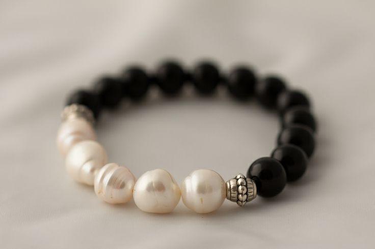 Pulsera sobre soporte elástico de perlas, ónice y plata.