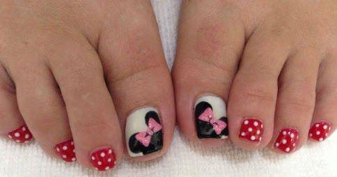 Decora las uñas de tus pies con los hermosos personajes de Disney, Micky y Minnie Mouse. Luce tus sandalias y pon tus pies listos para ba...