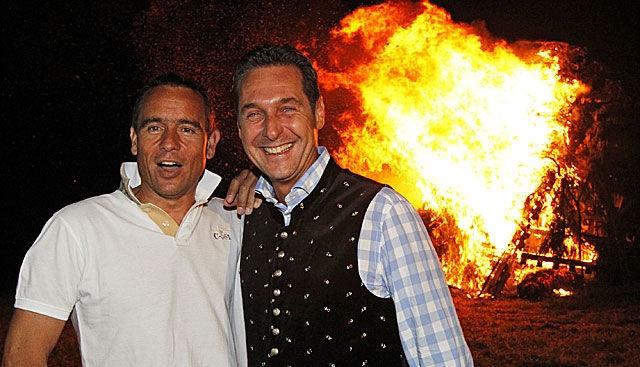 Uwe Scheuch & Heinz-Christian Strache. Achja: Das im Hintergrund ist kein Asylantenheim, sondern ein Lagerfeuer auf einer Sonnwendfeier.  [ Foto: APA / Gert Eggenberger ]