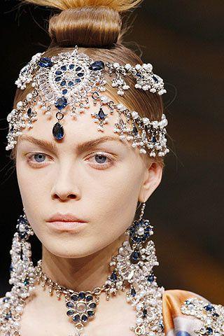 Maquillaje pálido y cristales azules de Swarovski embellecen la exquisita propuesta de Alexander McQueen para la temporada otoño-invierno 2008/09.