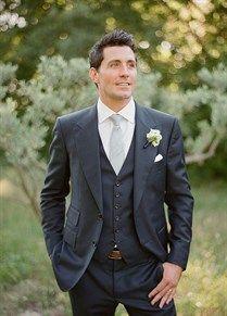 Blauw pak met zilveren stropdas, matcht met elke bruidsjurk