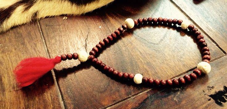 Rosenkrans. Træ- og benperler.   Rosenkransen bruges til meditativ bøn, for i hvert led fordyber man sig i et af troens mysterier. Når man beder Rosenkransen, hjælper de mange gentagelser til at lade sindet falde til ro og lytte til Gud.