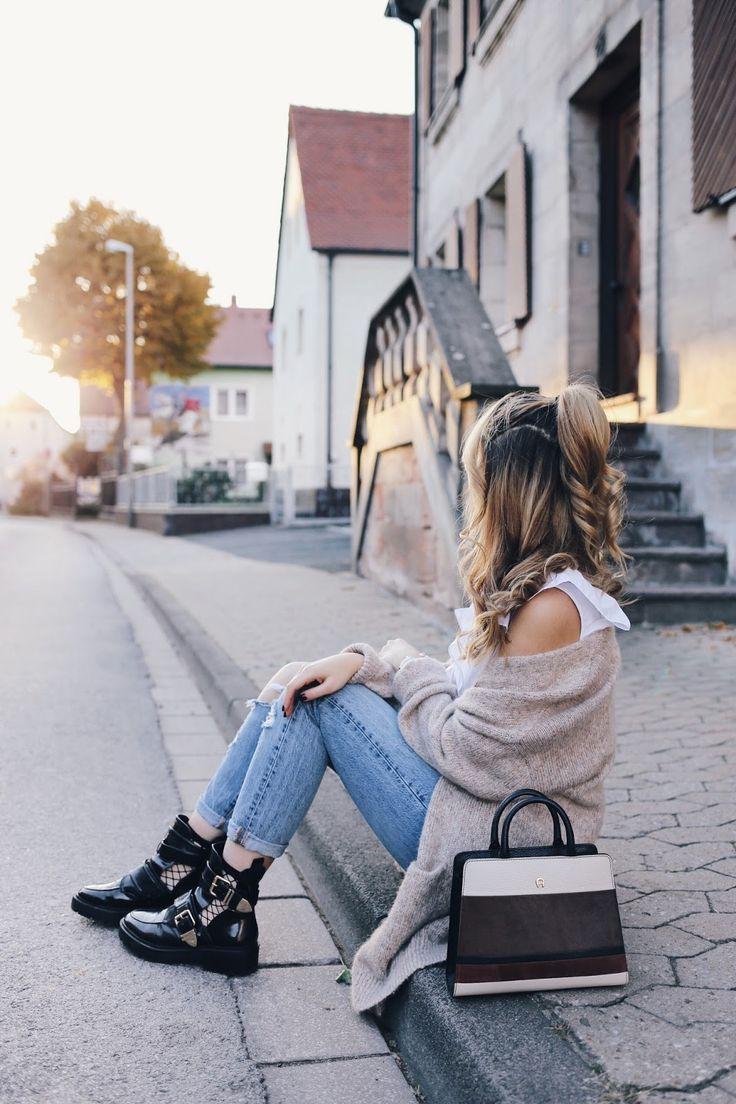 H&M Frilles Blouse Outfit Blogger Style Fishnet Socks