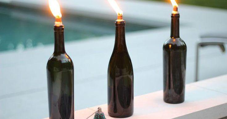 Cómo hacer antorchas tiki con botellas de vino. Las antorchas tiki son una gran forma de iluminar las reuniones al aire libre, luego de la puesta del sol. Estas antorchas que puedes hacer por tu cuenta, con unas botellas de vino recicladas, incluso te ayudarán a mantener los insectos a raya. Con unos simples suministros, que puedes comprar en la ferretería, tendrás una fuente de iluminación ...