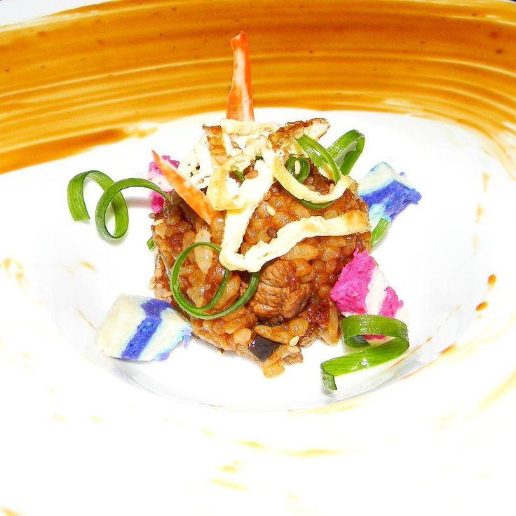 Temari yakimeshi: bola de mano de arroz salteado al estiló japonés. hand ball of Japanese-style fried rice. @alejosequera_  #SOMOSMAS  #cocineros_venezolanos #ComidaVenezolana #chefstalk #chefsofinstagram #gastroart# #food #foodporn #theartofplating #foodphotography #foodart  #InstaFood #dailyfoodfeed #culinarychefsportal  #truecooks  #foodstarz  #eeeeeats #feedfeed #heartandstomach  #myroundplate #chefsroll  #globyfood #foodmob #nobsfood #oficialfoodgroup #myroundplate #globyfood #yummy…