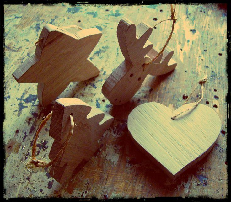 Vánoční ozdoby / Christmas decorations Sada 4 kusů ozdob na stromeček (sob, stromeček, hvězda, srdce) samostatně: sob (99 Kč) stromeček (79 Kč), hvězda (59 Kč), srdce (59 Kč) Materiál: dubové dřevo (nebo buk, modřín, borovice,...) Povrchová úprava: Bezbarvý tvrdovoskový olej PNZ, případně další olejové barvy PNZ (Makově červená, Mint, Olejová modř, Černá, ...