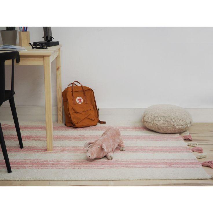 Le tapis rayé rose corail sur fond crème avec pompons  de la marque Lorena Canals apportera la touche décorative et tendance à la chambre de votre enfant. Confortable et robuste, il a le grand avantage d'être lavable en machine.