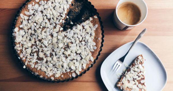 Karabuğday unu, badem tozu, bal... Şekeri doğal, kendisi hafif ballı bademli kek tarifimiz var. Bu lezzet size misafir çağırtacak.