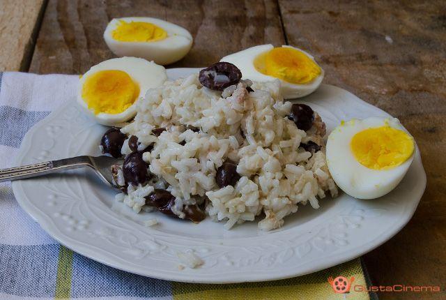 Insalata di riso tonno olive e uova sode è una deliziosa ricetta estiva facile e veloce da preparare.