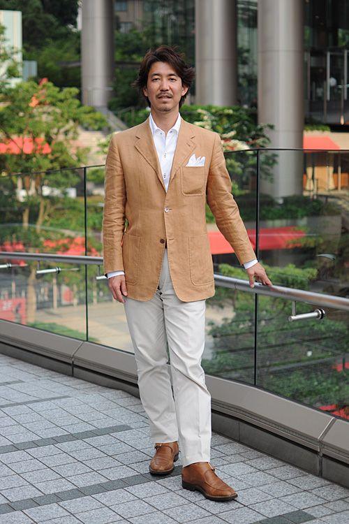 シャツの着こなし・コーディネート│ozie ニット素材使用シャツ=ビズポロ イタリアンカラー+リネン100% ポケットチーフ+リネン100%のブラウンのジャケット+ベージュのコットンパンツモンクストラップのチャッカーブーツ