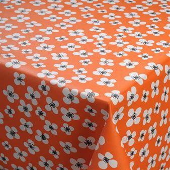 Belle Amie vaxduk är en del av den somriga serien med samma namn som kommer med en orange botten och vackra vita blommor. Mönstret finns även i blått samt på en rad olika köksprodukter.