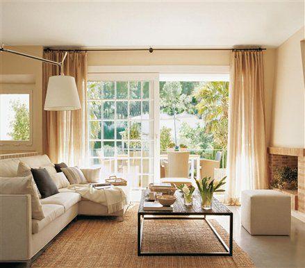 Ventanal al fondo, sofá pegado a pared con mesa baja, frontal con chimenea, tele, algun revestimiento especial (piedra, ladrillo...) y algun mueble auxiliar