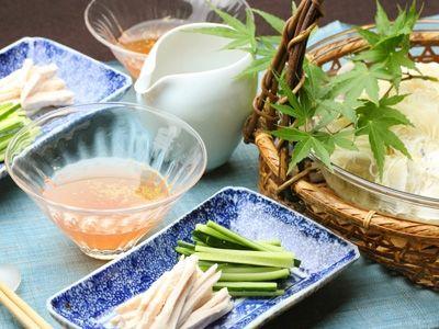 """醤油を使わない、さっぱり梅風味のそうめんつゆレシピをご紹介します。江戸時代に使われていた調味料""""煎り酒""""をアレンジし、山椒のピリッとしたアクセントをプラスしました。"""