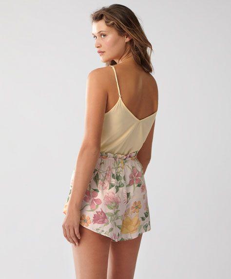 Short fleurs roses - Nouveautés - Tendances printemps été 2017 en mode femme chez OYSHO online : lingerie, vêtements de sport, pyjamas, bain, maillots de bain, bodies, robe de chambre, accessoires et chaussures.