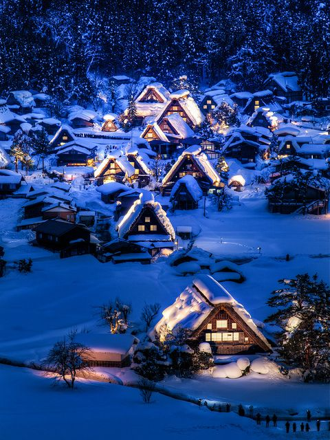Winter night in Gokayama, a Unesco World Heritage Site in Toyama Prefecture, Japan (by arcreyes).