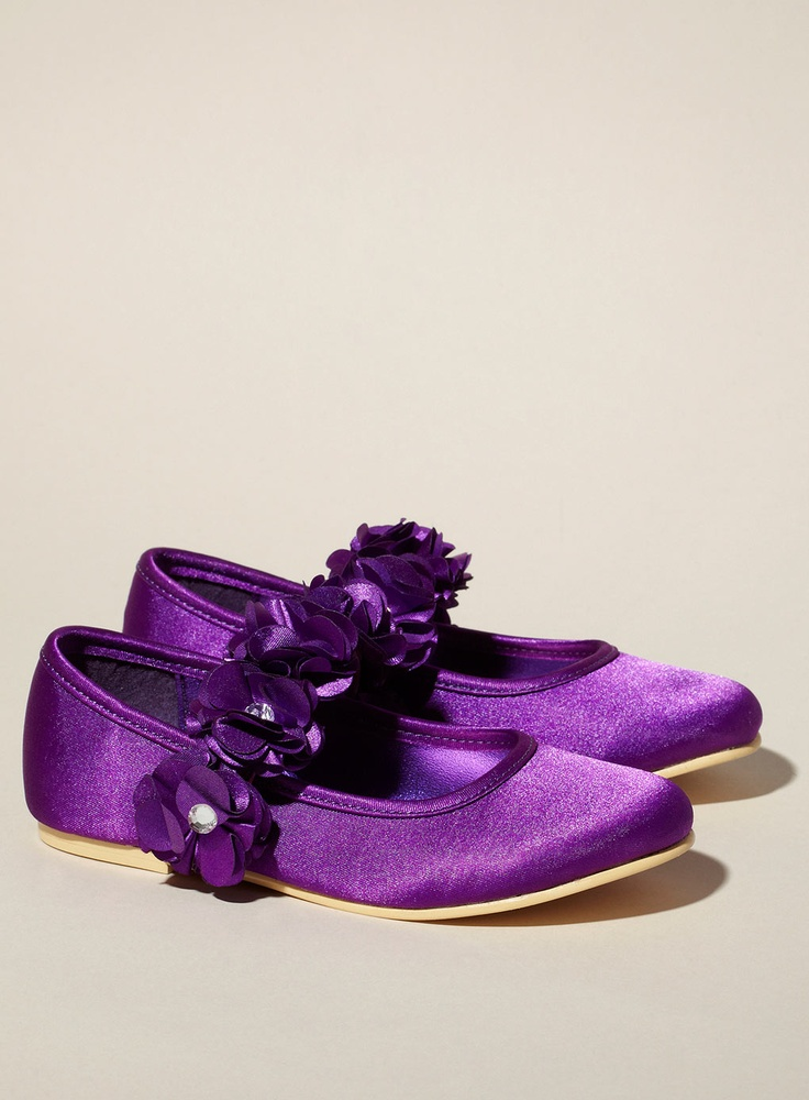 Cute shoes for flower girl in purple wedding