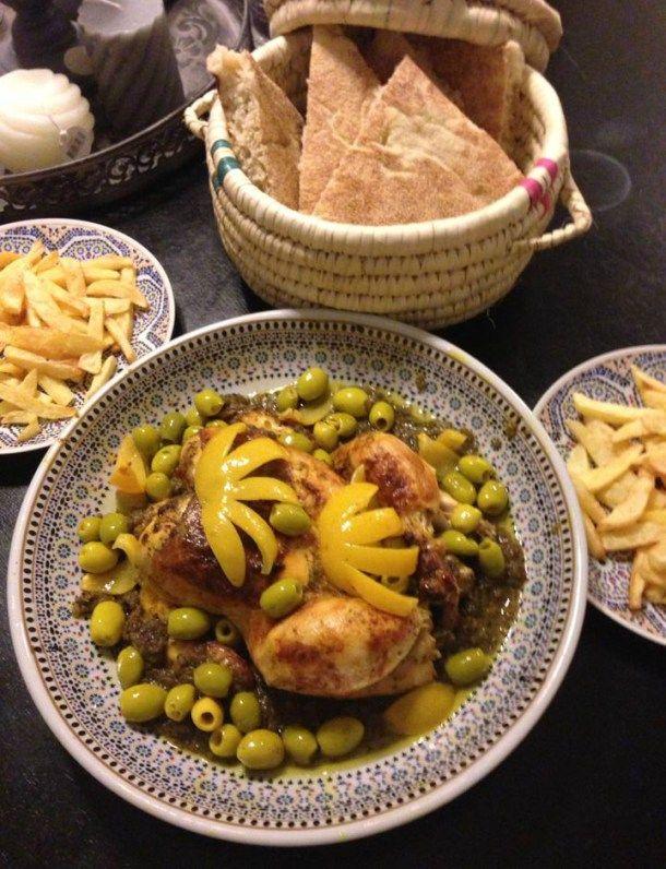 Voor vandaag gebraden kip met olijven en ingemaakte citroen op Marokkaanse wijze. Uitjes + knoflook + koriander en peterselie fijnhakken in de keukenmachine. Doe dat in pan met beetje olijfolie en zonnebloemolie. Doe daarbij alle kruiden en mengen en dan de kip in marineren.