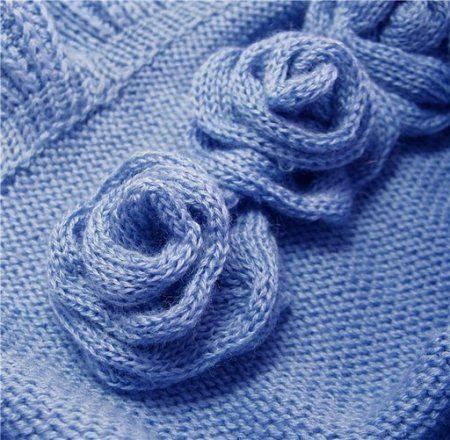 Синие вязаные цветы спицами