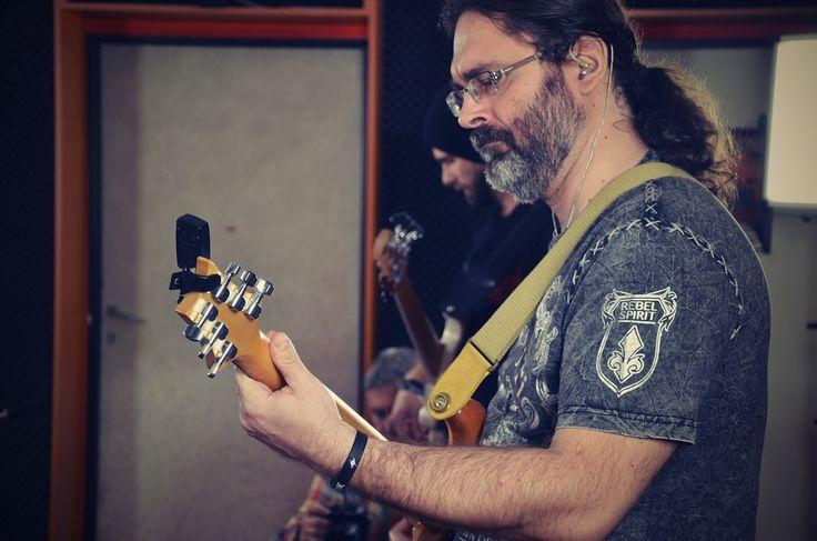 """DRUMPHONIC - David Uher, kytarista a hudební skladatel. Spolupracoval s V. Mišíkem, ETC, Jiřím """"Big Boss"""" Walterem (Root), je ex-členem kapely Dobrohošť, působí v kapele Area 51 a projektu Rocksymphony."""