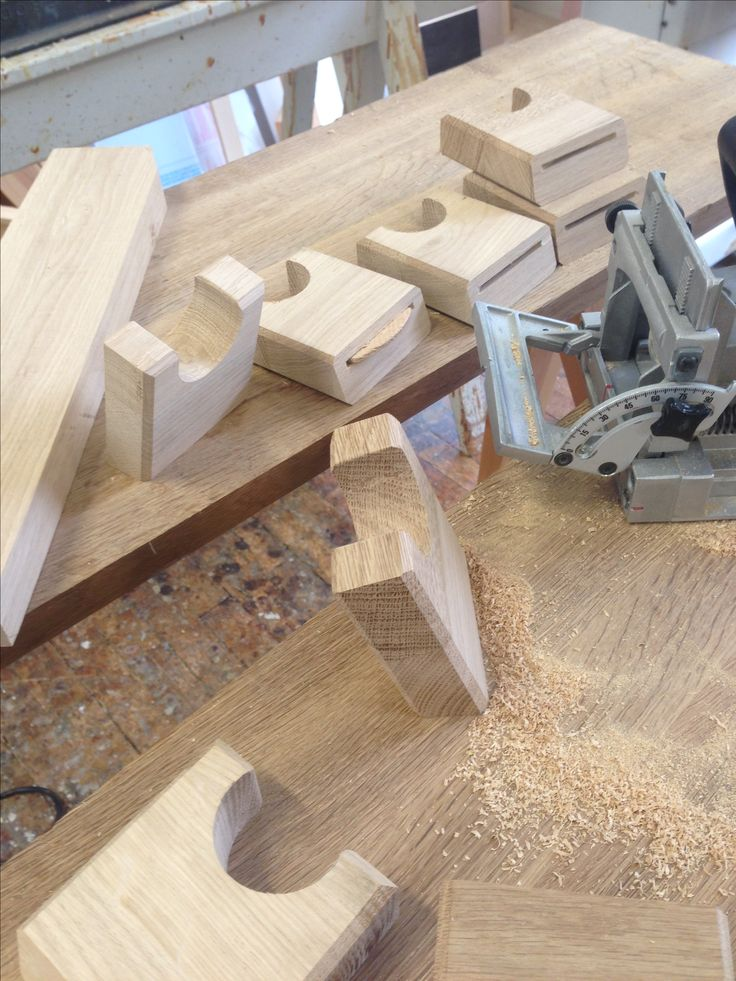 The production of my Guitarholders. Turns out to be a perfect and strong joint! The Oak gives the Wall a bit of life and joy, insted of plactic.