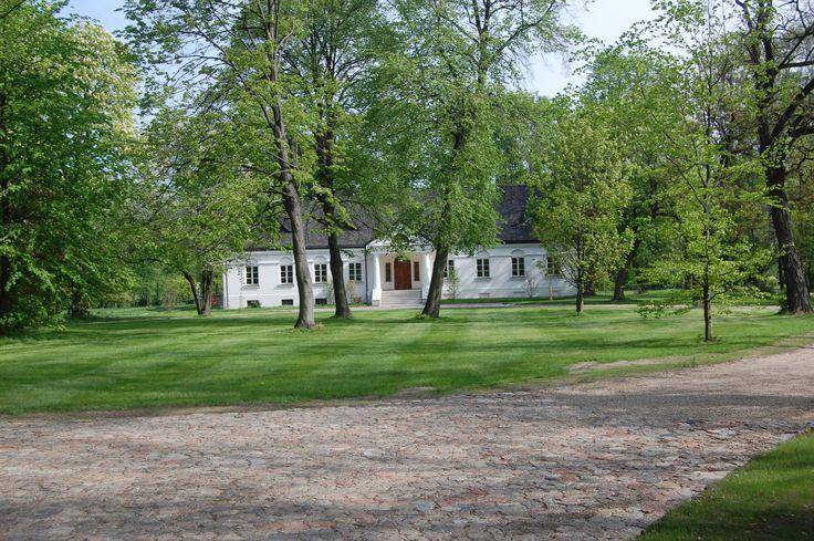 Dwór w Trzciannej powstał ok. 1820 roku. Obecnie - własność prywatna.