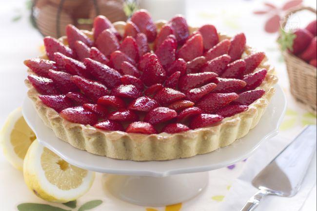 La crostata di fragole fresche è un dolce di pasta frolla, con crema pasticcera e  fragole, perfetta come fine pasto!