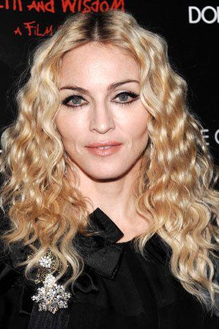 Tendencia que seguirá durante todo 2008, aclarando su color de pelo y oscureciendo el de sus cejas.