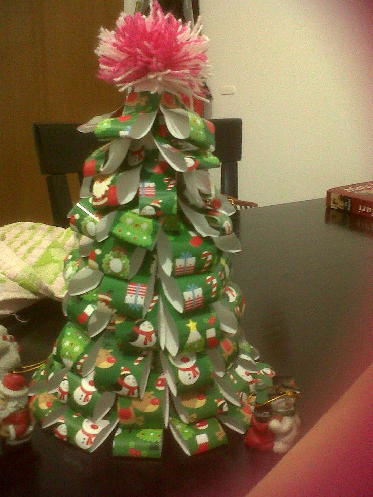 Peque o arbolito de navidad hecho con cono de telgopor y for Arbol de navidad pequeno