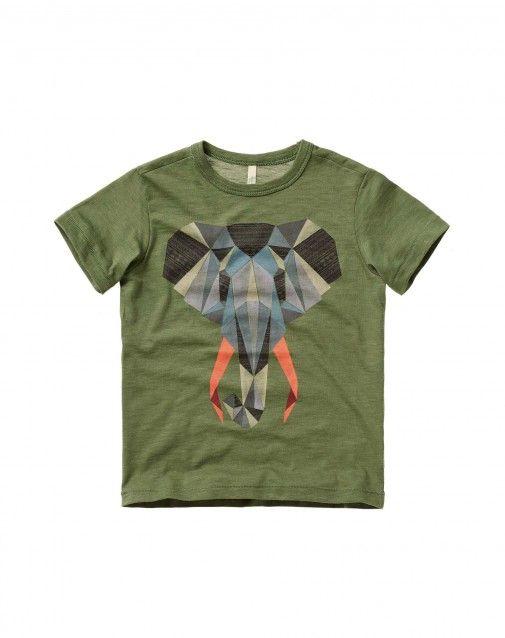 T-shirt με λαιμόκοψη από 100% βιολογικό βαμβακερό, από άνετο και δροσερό νήμα του οποίου η ιδιαιτερότητα έγκειται στην καλλιέργεια και στην επεξεργασία με χαμηλή περιβαλλοντολογική επίπτωση. Κοντομάνικο με μάξι μπροστινό τύπωμα και γιακαδάκι με ριπ ύφανση