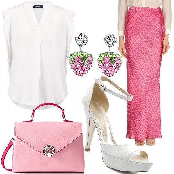 Outfit raffinato composto da gonna lunga rosa Moschino cheap & chic, camicia bianca Max & Co, borsa Armani color rosa con manici e tracolla fucsia, sandali con tacco e plateau allacciati alla caviglia bianchi e per concludere orecchini a forma di fragola con strass.